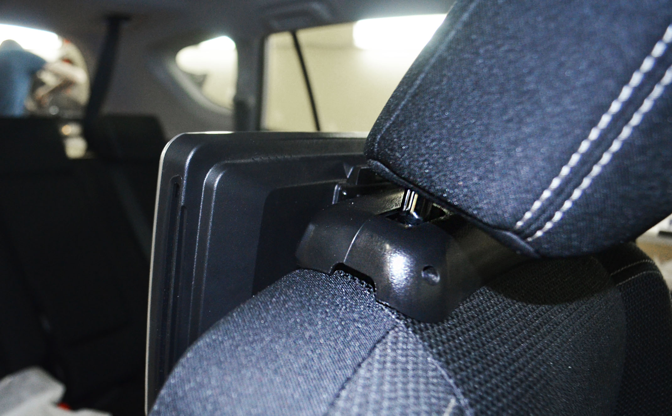 Установка монитора на подголовник для Toyota Rav 4