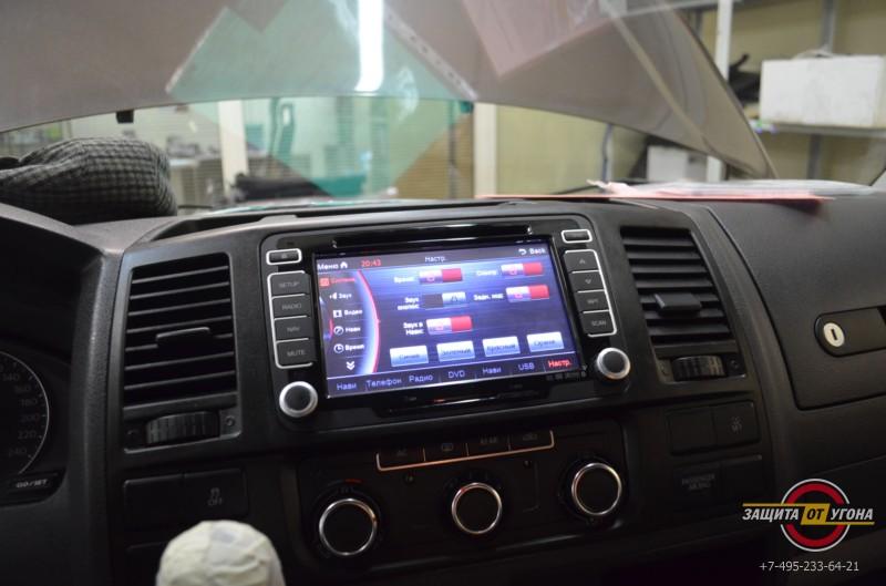 Штатное головное устройство Phantom на VW Caravelle