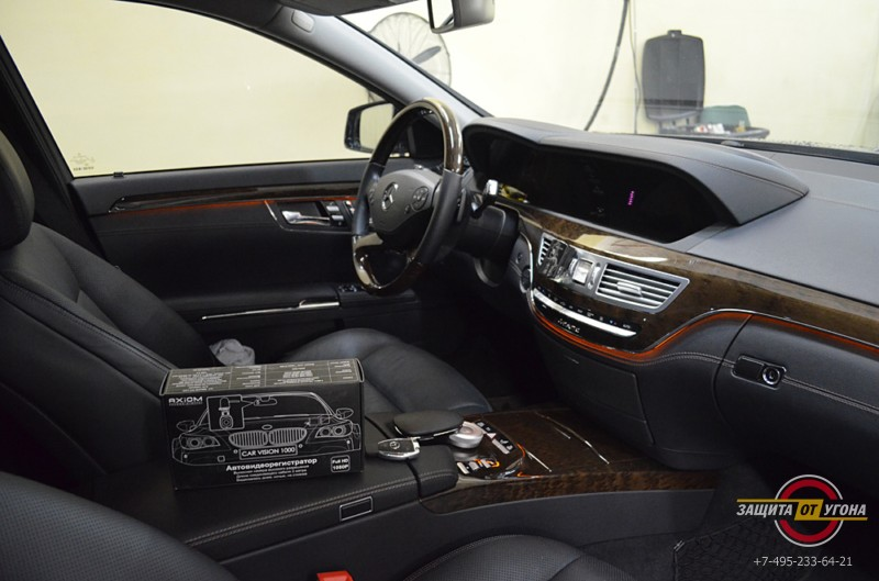 Установка видеорегистратора Axiom на Mercedes S221