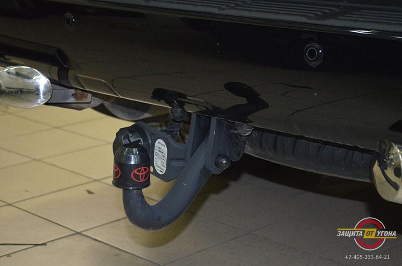 Оригинальный фаркоп и металлический обвес на Toyota LC 200