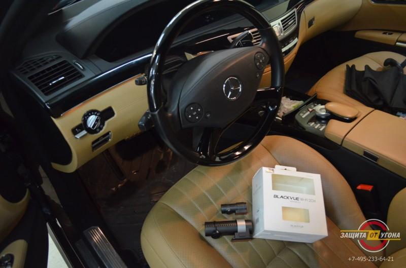 Видеорегистратор Blackvue 550 на Mercedes 221